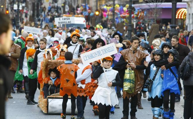 Los escolinos toman el antroxu con el tradicional desfile por el centro de Avilés