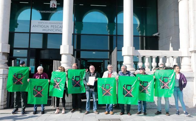 Vecinos de Viesques entregan 1.500 firmas contra la gasolinera