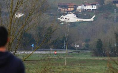 Recuperan el helicóptero que cayó al río en Belmonte