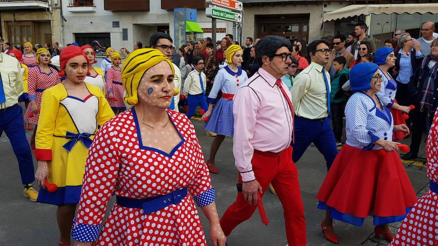 Luarca se echa a la calle para lucir sus mejores disfraces de carnaval