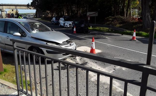 Un herido grave tras chocar dos coches en la entrada de Vegadeo