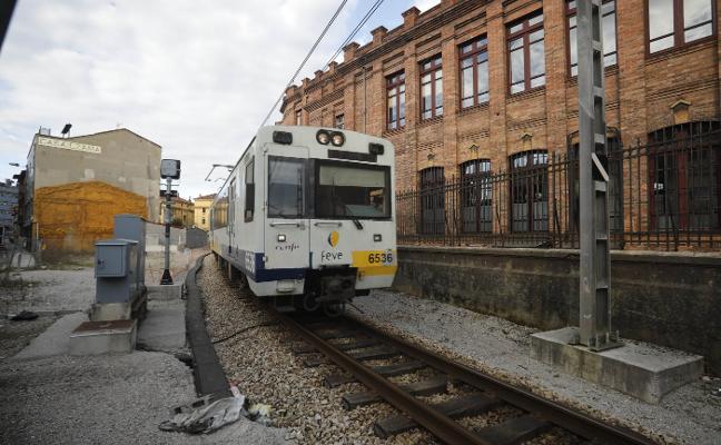 Quejas y retrasos en la vuelta del servicio ferroviario del Nalón