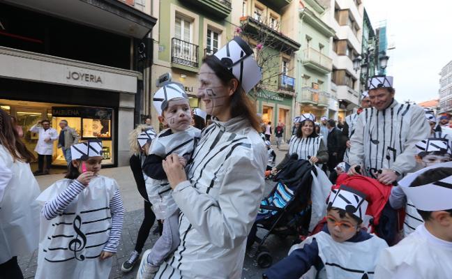 Carnaval en Avilés: Fusión musical en el desfile de escolinos