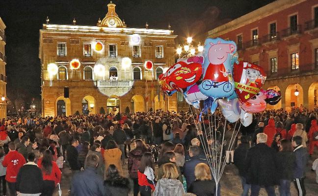 Carnaval en Gijón: Elogios a la sidra y risas sobre política para empezar el Antroxu