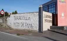 Mareo amanece cubierto de pintadas contra Torrecilla, la directiva y los jugadores del Sporting