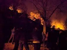 Llanes, cercado por las llamas