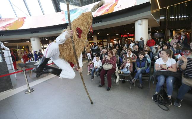 Gran desfile de seis máscaras de la región en Intu Asturias