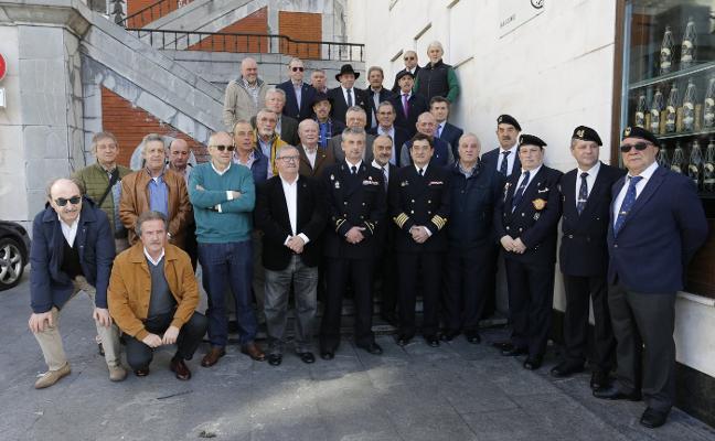 Emotiva reunión de antiguos marineros