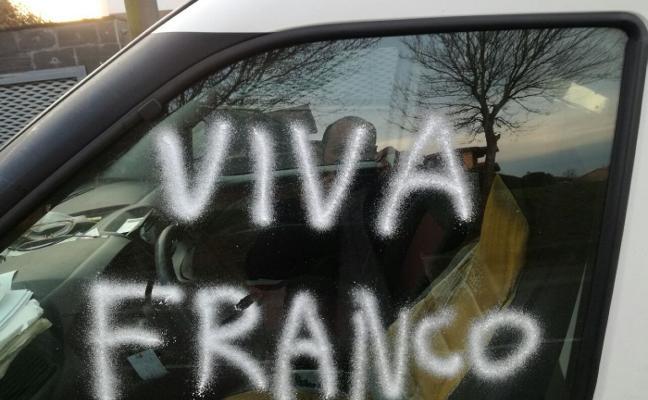 Pintan el coche de uno de los candidatos de Somos Siero