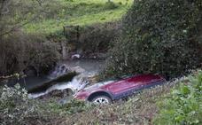 Cae al río Nonaya tras salirse de la vía por un despiste