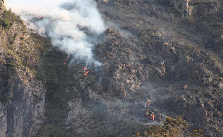 Así trabaja la UME en el incendio de Llordón, en Cangas de Onís