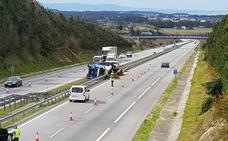 Dos heridos por el vuelco de un camión en Coaña