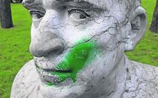 Prosigue el vandalismo sobre las estatuas del parque Isabel la Católica