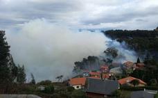 Incendios en Asturias: vecinos de una urbanización de Cudillero, sin luz por un incendio