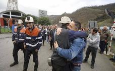 Abrazos y aplausos ponen fin al encierro de los mineros del Pozo Santiago