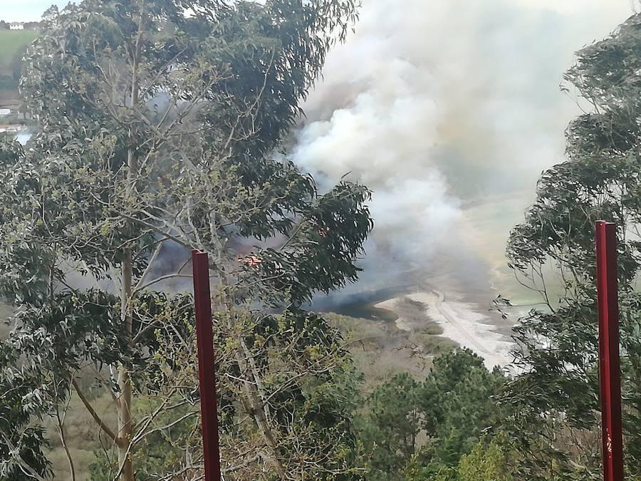 Expectación en Cudillero ante un incendio cercanos a las casas
