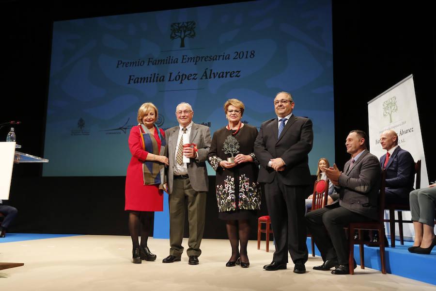 La familia López Álvarez, de Quesos La Peral, recibe el Premio Familia Empresaria