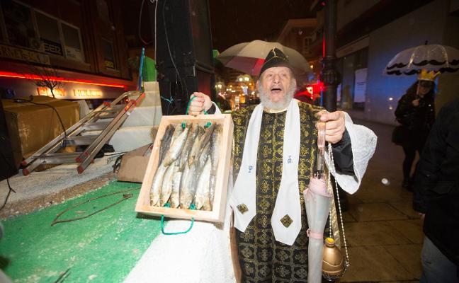 Carnaval de Avilés: Un entierro irreverente, caótico y pasado por agua