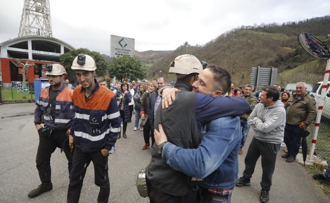 Los mineros del pozo Santiago abandonan su encierro