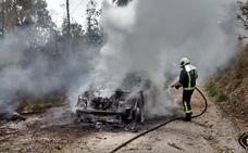 Un incendio calcina un turismo en Llanes