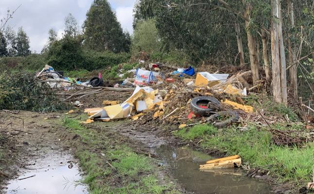 Un vertedero y la tala de madera destrozan un camino en Nubledo