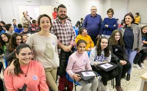 Alumnos de diecisiete concejos crean una guía por la igualdad de género