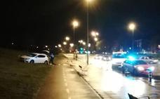 Un coche invade la acera y el carril bici de la avenida de El Llano sin ocasionar heridos