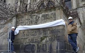 Pintadas contra Vox y los Borbones en la catedral de Santiago