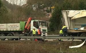 Un camión pierde parte de su carga en la autopista A66 en Mieres
