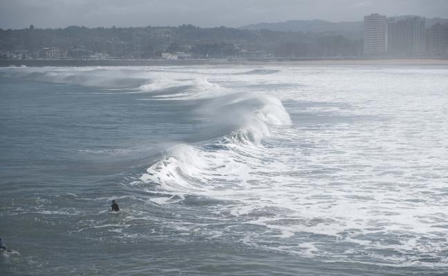 El frente atlántico deja olas de 7,91 metros y escasas precipitaciones en Asturias