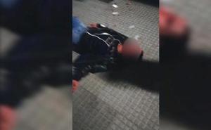 El vídeo de la brutal agresión a un joven en León al grito de «maricón de mierda»