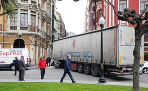 Un camión atascado en Gijón provoca retenciones en tráfico