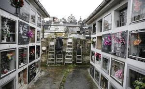 Uno de los operarios de cementerios de Langreo investigados intenta agredir a dos trabajadoras
