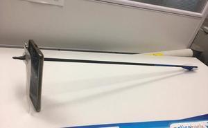 Se libra de un flechazo gracias a su teléfono móvil