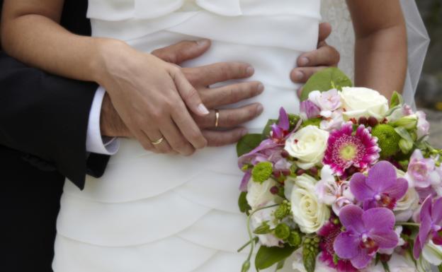 Encuentra el último recuerdo de su madre oculto en sus zapatos de boda