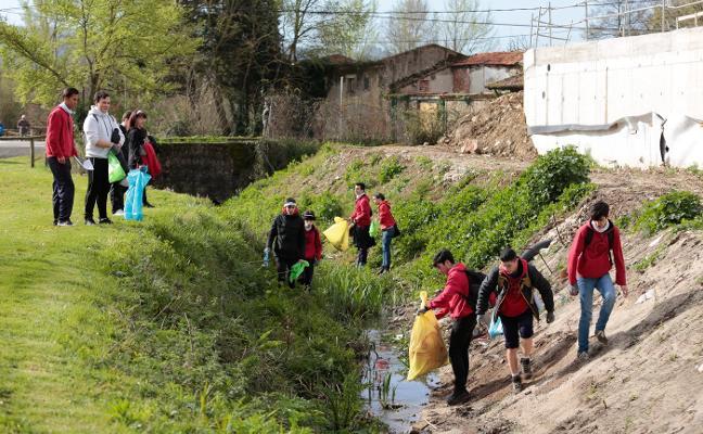Alumnos del Colegio San Miguel limpian el parque fluvial