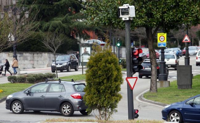 Los cuatro 'fotorrojo' rotarán por ocho puntos de Oviedo y las zonas estarán señalizadas