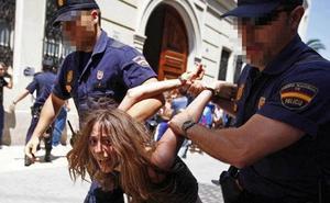 La madre de los niños asesinados en Valencia fue detenida por enfrentarse a la policía el 15M