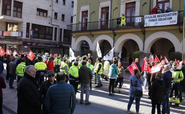 Protesta por el convenio de la plantilla del Consistorio de Langreo