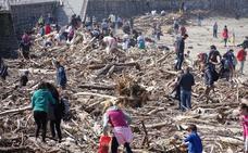 Retiran casi dos toneladas de plásticos de la playa de Ribadesella