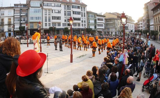 Cientos de personas se suman a la gran tarde del carnaval maliayo