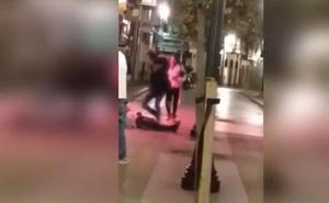 Vídeo: brutal agresión entre jóvenes en la zona de Fomento en Gijón