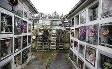 Los trabajadores del área de cementerios de Langreo temen nuevas agresiones