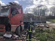 Muere un camionero en Piloña arrollado por su vehículo, que se empotró contra una casa
