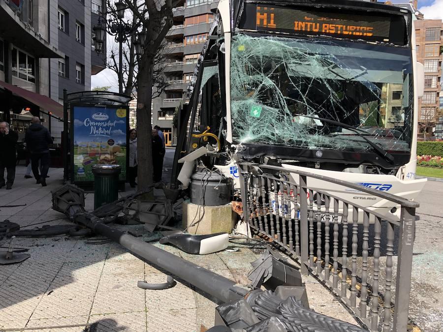 Aparatoso accidente de un autobús urbano de Oviedo