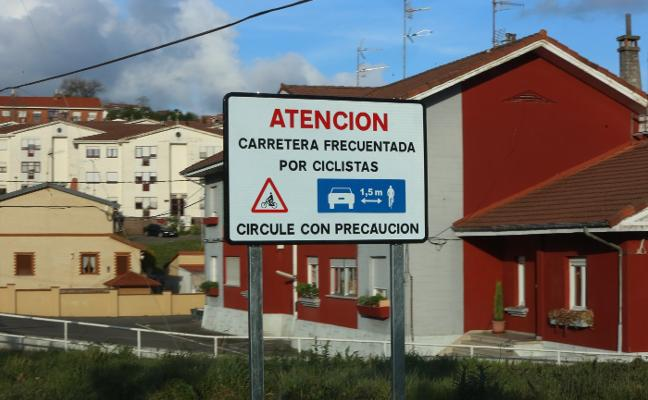 El Ayuntamiento de Castrillón instala nuevas señales para mejorar la seguridad de los ciclistas