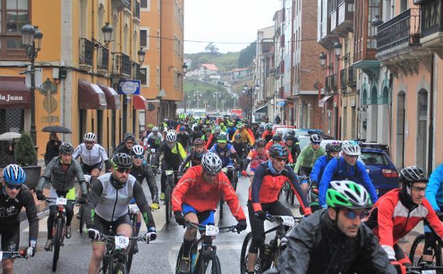 Las bicis vencen al frío y la lluvia en Ribadesella