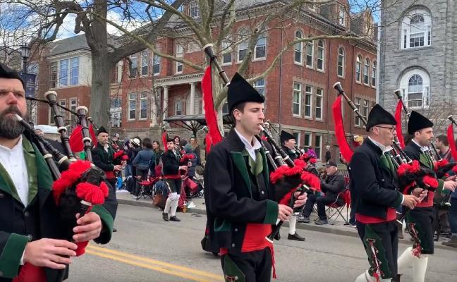 La Banda de Gaites de Corvera triunfa en Boston a ritmo de 'Asturias, patria querida'