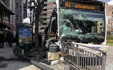 Gran susto en Oviedo por el accidente de un autobús