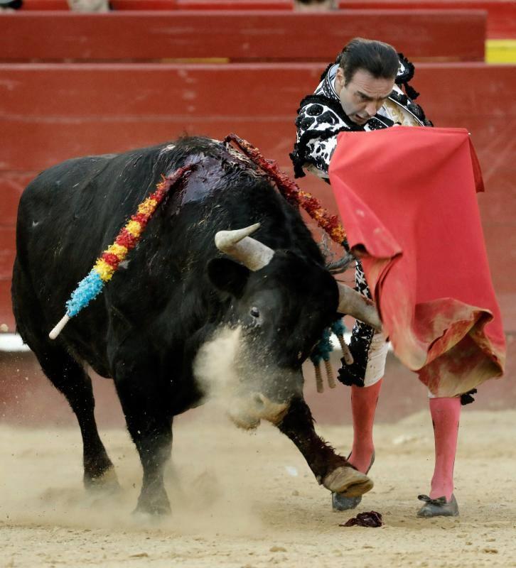 Enrique Ponce, herido de gravedad tras una cogida en Valencia